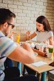 Vrienden die lunch hebben bij het restaurant Stock Afbeelding
