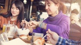 Vrienden die lunch in restaurant hebben royalty-vrije stock foto