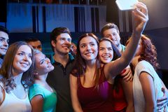 Vrienden die met smartphone selfie in club nemen royalty-vrije stock fotografie
