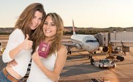 Vrienden die naar het buitenland gaan Stock Foto's