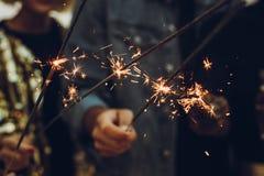 Vrienden die Nieuwjaar` s Vooravond vieren royalty-vrije stock afbeeldingen