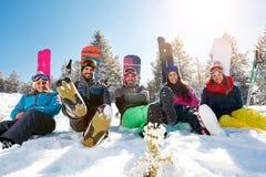 Vrienden die op berg op de winterdag genieten van Stock Afbeeldingen