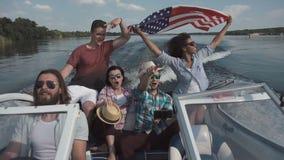 Vrienden die op boot vieren stock videobeelden