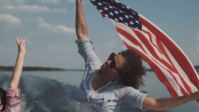 Vrienden die op boot vieren stock video