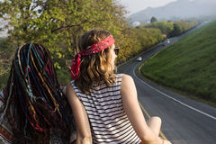 Vrienden die op het Dak van Van Traveling Road Trip zitten royalty-vrije stock afbeeldingen