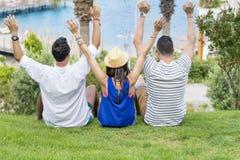 Vrienden die op het overzees op de zomer overzeese vakantie letten Stock Foto