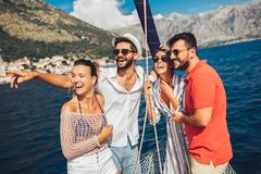 Vrienden die op jacht varen - vakantie, reis, overzees, vriendschap en mensenconcept royalty-vrije stock fotografie