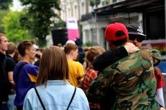 Vrienden die op overvolle straat koesteren royalty-vrije stock afbeelding