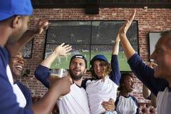Vrienden die op Spel in Sportenbar letten bij de Schermen het Vieren royalty-vrije stock fotografie