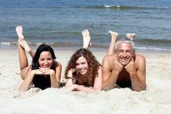 Vrienden die op zandig strand liggen Royalty-vrije Stock Foto