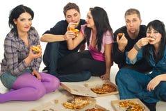 Vrienden die pizza eten Stock Foto
