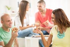 Vrienden die pizza eten Royalty-vrije Stock Afbeeldingen