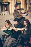 Vrienden die Pizza in openlucht eten royalty-vrije stock afbeeldingen