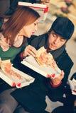 Vrienden die Pizza in openlucht eten royalty-vrije stock foto's