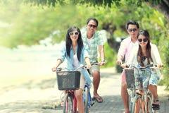 Vrienden die pret berijdende fiets hebben samen Stock Afbeelding