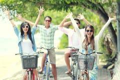 Vrienden die pret berijdende fiets hebben samen Stock Fotografie