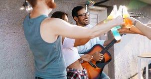 Vrienden die pret en drinken openlucht op een dakbijeenkomst hebben royalty-vrije stock foto's