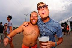 Vrienden die pret hebben bij FIB Festival Stock Afbeelding