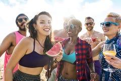 Vrienden die pret hebben bij het strand royalty-vrije stock fotografie