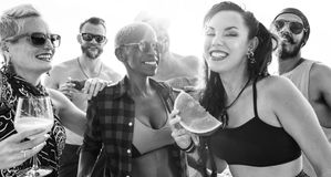 Vrienden die pret hebben bij het strand royalty-vrije stock foto