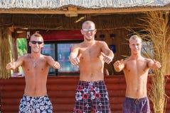 Vrienden die pret hebben bij het strand in koffie Stock Foto
