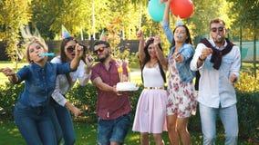 Vrienden die pret hebben bij verjaardagspartij openlucht stock footage
