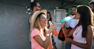 Vrienden die pret hebben en cocktails openlucht op een dakbijeenkomst drinken royalty-vrije stock foto's