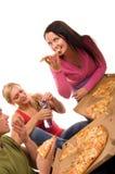 Vrienden die pret hebben en pizza eten Royalty-vrije Stock Foto