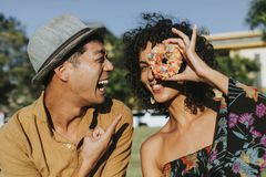 Vrienden die pret met een doughnut hebben royalty-vrije stock foto