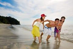 Vrienden die pret op het strand hebben Royalty-vrije Stock Afbeelding