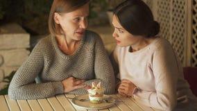 Vrienden die romig dessert bekijken die het willen eten, op dieet zijnd, gezonde voeding stock footage