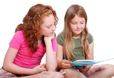 Vrienden die samen lezen Stock Foto's