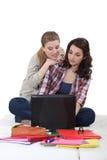 Vrienden die samen bestuderen Stock Foto's