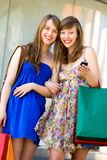 Vrienden die samen winkelen Stock Foto