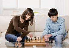 Vrienden die schaak spelen Stock Fotografie