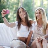 Vrienden die selfie nemen Stock Afbeelding