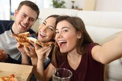 Vrienden die selfies en pizza eten nemen Royalty-vrije Stock Foto's