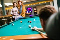 Vrienden die snooker spelen stock fotografie