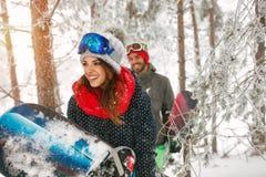 Vrienden die snowboarder pret in het bos van de mistwinter hebben Royalty-vrije Stock Fotografie