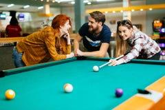 Vrienden die spelend snooker genieten van royalty-vrije stock afbeeldingen