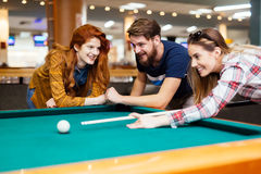 Vrienden die spelend snooker genieten van stock afbeelding