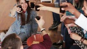 Vrienden die sport op spel op TV letten stock footage