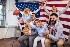 Vrienden die sportliga samen toejuichen royalty-vrije stock afbeelding