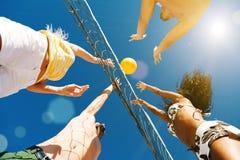 Vrienden die strandvolleyball spelen Stock Foto