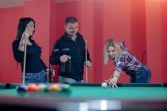 Vrienden die terwijl het spelen van biljart genieten van royalty-vrije stock foto's