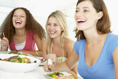 Vrienden die thuis het Hebben van Lunch ontspannen stock foto