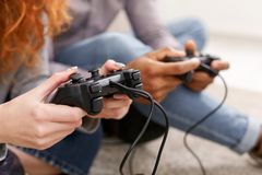 Vrienden die thuis videospelletjes spelen, die pret hebben stock foto