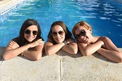 Vrienden die van het trio de gelukkige mooie jonge meisje bad hebben binnen Royalty-vrije Stock Afbeeldingen