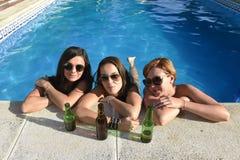 Vrienden die van het trio de gelukkige mooie meisje bad in swimm hebben Royalty-vrije Stock Afbeelding