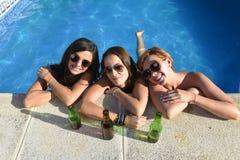 Vrienden die van het trio de gelukkige mooie meisje bad in swimm hebben Stock Foto